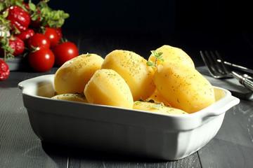 patate intere lesse sfondo grigio