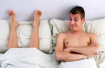 Pies sobre la cama,pareja descansando los pies.