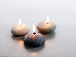 Drei brennende Steinkerzen
