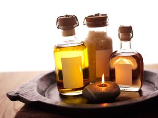 Aromatherapie-Öl, Massageöl und Badesalz auf Tablett