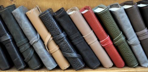 Libri in pelle sulla mensola di una libreria