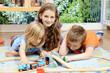 Babysitter im Spiel mit Kindern