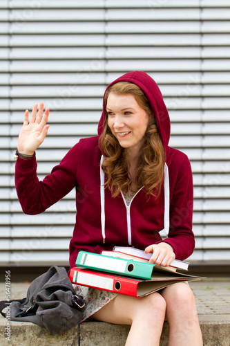 Schülerin auf dem Pausenhof