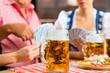 Wirtshaus in Bayern - Freunde bei Skat und Bier