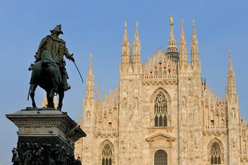 Milano Piazza Duomo - monumento Vittorio Emanuele