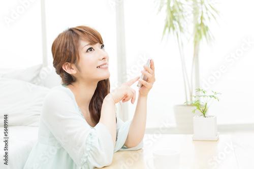 携帯電話を使う女性