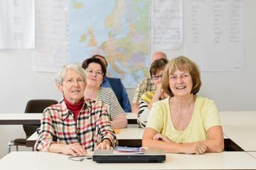 Senioren im Klassenzimmer