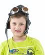 Junge mit Fliegermütze und Brille