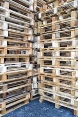 Pallet vuoti impilati in un magazzino