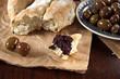 fougasse mit tapenade und oliven
