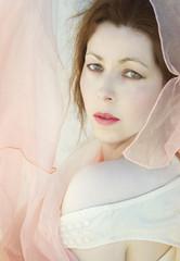 Mujer con velos color pastel.