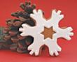Weihnachtsgebäck Schneekristall mit Tannenzapfen