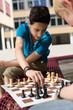 Schüler spielen Schach in der Pause