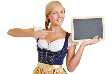 Frau zeigt mit Finger auf Tafel