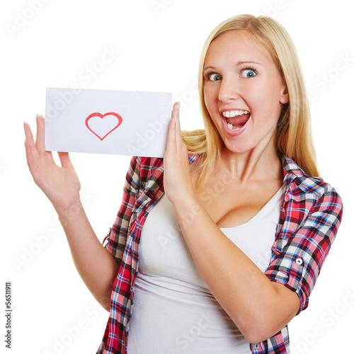 Blonde jubelnde Frau mit Liebesbrief