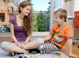 Babysitter spielt mit Kind poster