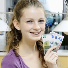 Teenager freut sich über Geld-Verdienst