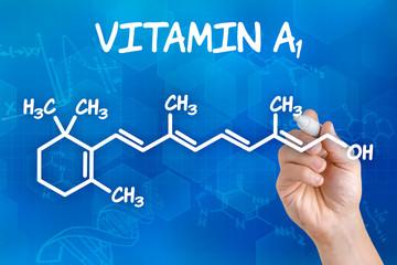 Hand zeichnet chemische Strukturformel von Vitamin A