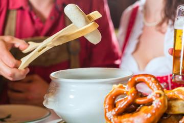 Bayern essen Weisswurst in Restaurant
