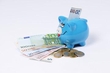 blaues Sparschwein mit Euro Scheinen und Euro Münzen