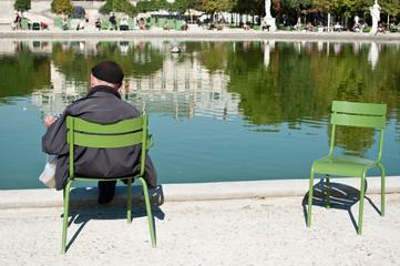 personne agée jardin des tuileries à Paris