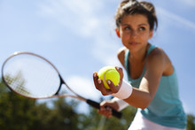 Fille jouant au tennis sur le court