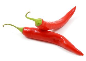 Due peperoncini piccanti su sfondo bianco