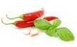 Due peperoncini con aglio e basilico