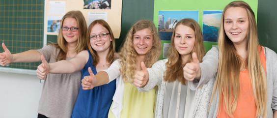 Schülerinnen halten den Daumen hoch