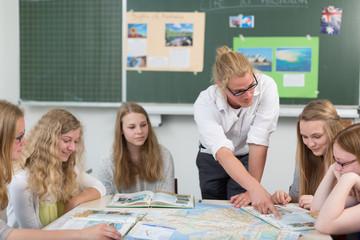 junger Lehrer erklärt in der Arbeitsgruppe