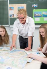 junger Lehrer erklärt