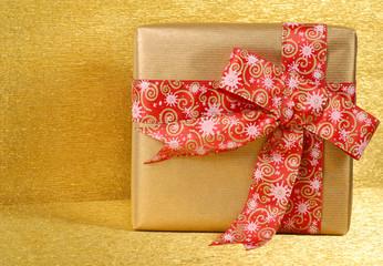 pacco oro con fiocco rosso