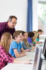 Teenager arbeiet in der Schule am Computer