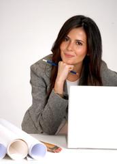 Joven mujer de negocios trabajando en un ordenador.