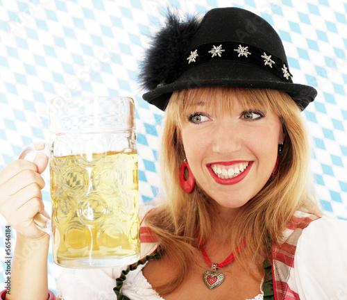 Junge Frau mit Bierkrug