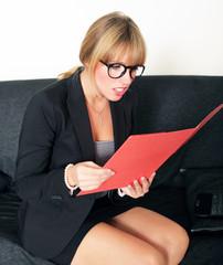 Junge Businessfrau mit roter Mappe