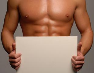 hombre fuerte,deportista sujetando un panel blanco.