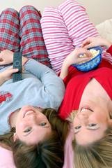 Mujeres amigas disfrutando compartiendo,comiendo