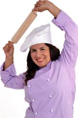 Joven mujer chef cocinero sujetando un rodillo..
