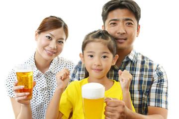 笑顔の女の子と親