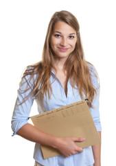 Junge Sekretärin mit Akte