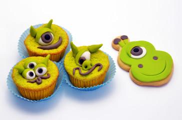 Dulces de animales y tortas para la fiesta infantil.