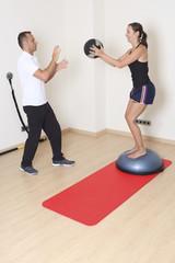 Mit Medizinball Gleichgewicht trainieren