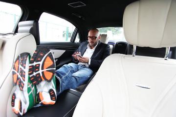 Mann entspannt im Auto