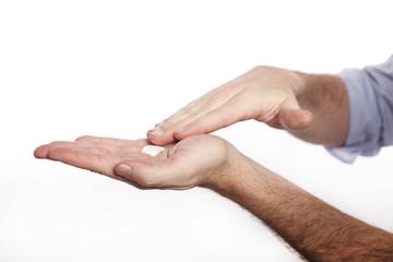 Mann benutzt Handcreme