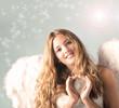Junger, blonder Engel mit Silberherz