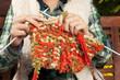 Frau strickt einen Schal - woman with needlework