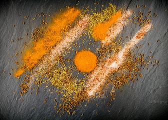Mélange d'épices sur pierre grise (ardoise)