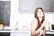 Frau mit Kaffee in der Küche