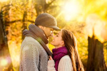 Paar im Herbstwald